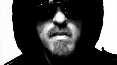 Kevin Martin alias The Bug lader sig ikke bure inde i genrebetegnelser eller -konventioner, men giver os en ætsende udladning sammensat af energier fra mange steder i musikken, ikke mindst fra den jamaicanske dancehall og til dels også fra den britiske hiphop-mutation grime.