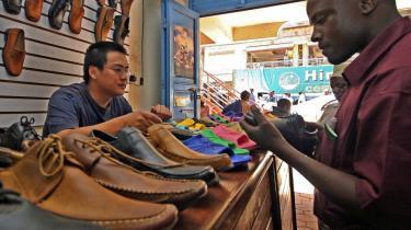 I Ugandas hovedstad Kampala bestyres mange forretninger af kinesere, og der sælges kassevis af varer fra Kina.