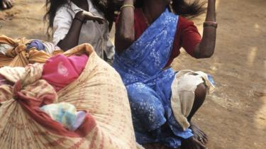Over 100 millioner indere er kasteløse - også kaldet de urørlige -, som end ikke regnes som mennesker. Her en kvindelig vaskearbejder og hendes datter.