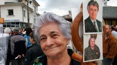 Uanset om Ratko Mladic følger med Radovan Karadzic til Haag-domstolen eller ej, kan man stadig betvivle, om retssagerne vil bibringe den form for afslutning, som folk synes at ønske, og som ofrene føler, at de har krav på. Her er det en bosnisk serber, der holder billeder af de to krigsforbrydere ved en fredelig demontration lørdag ved Sarajevo.