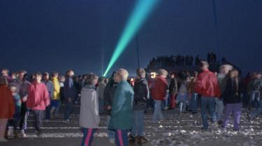 Kunstneren Elle-Mie Ejdrup med sin laserstråle langs den jyske vestkyst den 4. maj 1995 . Det satte sindene i kog og provokerede frihedskæmpere, som mente at have monopol på tolkning af krigen og dens afslutning.