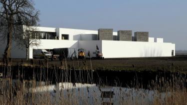 Med Fuglsang Kunstmuseum har Danmark fået endnu en arkitektoniske markant udstillingssbygning. Men Spørgsmålet er hver gang, hvad kunsten har bedst af - anonyme lokaler eller opmærksomhedskrævende arkitektur?