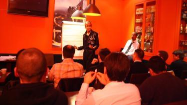 Coaching er mange ting: En gruppe franske unge mænd får her coaching i kærlighed, og i hvordan de forfører kvinder af Sebastien Night på en café i Paris . De betaler 750 kr. i timen hver.