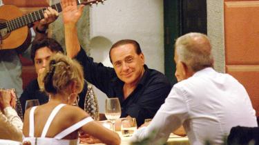 Den italienske ministerpræsident Silvio Berlusconi fotograferet med sin familie på ferie i PortofinoBerlusconi er ejer af de betydeligste kommercielle medier i sit land, og selv den statsejede public service tv station RAI har han skaffet sig afgørende indflydelse på