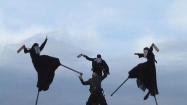 Den rå og fysiske polske fortolkning af -Macbeth- klæder Kronborgs stengård og fæstningsværk. Instruktøren Szkotak har valgt at gøre heksene på heden til styltevandrende gespenster. Noget af et scoop, for heksenes overjordiske usårlighed bliver tydelig, fordi de ikke dør