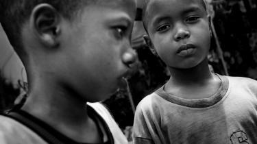 Mohammed Saliu (tv.) og Momadou Korka (th.) på ni og otte år går på koranskole, men bliver sendt på markedet for at tigge om dagen.