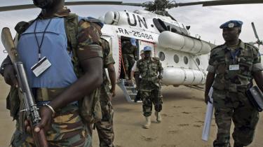 Den fredsbevarende UNAMID-styrke i Darfur mangler stadig transporthelikoptere, mens mange af NATO-landenes helikoptere samler støv i hangarer eller deltager i europæiske luftshows.