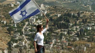 En israelsk demonstrant foran den tidligere bosættelse på Vestbredden, Homesh, der blev rømmet i 2005.