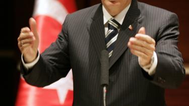 Premierminister Recep Tayyip Erdogans AKP-parti blev trukket i retten, efter at den tyrkiske regering ophævede en lov, der forbyder muslimer at bære tørklæde på universiteter.