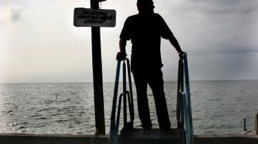 Fremtidssikret. Carl Pedersen ved en trappe ud til havet ved Onsevigs kyst. Formanden for byens nystiftede beboerforening kæmper hårdt for at gøre Onsevig til mere end bare en landsby. Den skal være en klimapark med forsøgsstation for, hvordan alger kan bruges til at udvikle kvælstof til bioethanol og dermed brændstof til biler. Det er nødvendigt for at overleve, forklarer Carl Pedersen, der håber at kunne skabe noget, som landsbyens beboere kan være stolte af.