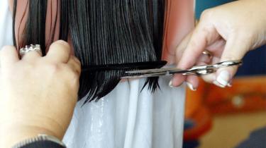 Danskerne kan ikke lide at tale med fremmede - og det intime rum hos frisøren kan da også ind imellem være en prøvelse.