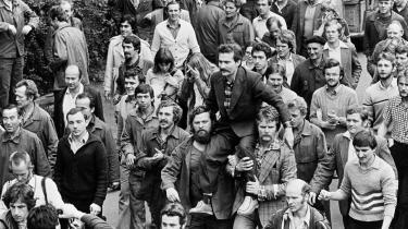 Som leder af fagforeningen Solidarnosc bæres Lech Walesa i guldstol af arbejderne på Leninskibsværftet i 1980. En 18 dage lang strejke førte til forhandlinger med regeringen, der måtte mødes med den ellers forbudte fagforening.