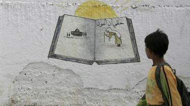 -At vende tilbage er min ret- (til Palæstina, red.) kan man læse på muren i den palæstinensiske flygtningelejr al-Baqaa lidt uden for Jordans hovedstad, Amman. Der er en stærk rivalisering mellem den palæstinensiske majoritet i landet og etniske jordanere - ikke mindst på fodboldbanerne.