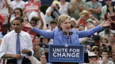 Efter Hillary Clinton trak sig i kampen om nomineringen for Demokraterne bakkede hun op bag sin tidligere modkandidat Barack Obama. Det er dog ikke sikkert, at de demokratiske stemmer hun ville have fået automatisk går til Obama - mange demokrater ser ham nemlig ikke som en kvalificeret kandidat til det høje embede.