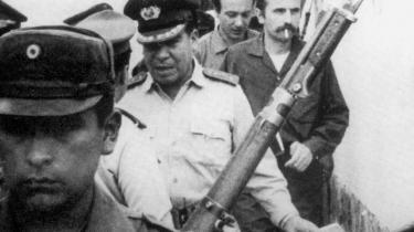 I 1967 blev Ciro Bustos (nr. to fra højre) og Regis Debray (til højre), der var på vej til Che Guevaras lejr, anholdt af regeringssoldateri Bolivias jungle.