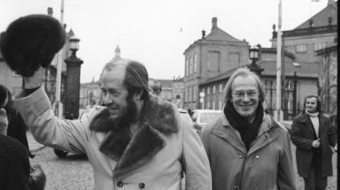 Solsjenitsyn lagde sig først ud med det sovjetiske styre, som eksilerede ham, og siden med Vesten i skikkelse af NATO, som han under luftangrebene på Serbien i 1999 sammenlignede med Hitler. Her er Solzjenitsyn fotograferet sammen med forfatteren Hans Jørgen Lembourn under sit besøg i København i 1974.