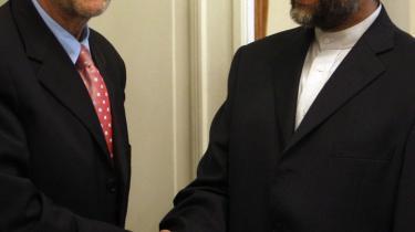 Irans øverste atom-forhandler, Saeed Jalili (t.h.), hilser på EU-udenrigskoordinator, Javier Solana, i Teheran i juni.
