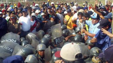 Peruanske demonstanter afspærrede i forrige måned den panamerikanske landevej, der er Perus hovedfærdselsåre, i protest mod, at regeringen ikke tilgodeser de fattige regioners behov. Befolkningen kræver at få en større andel af udbyttet ved minedriften i regionen.