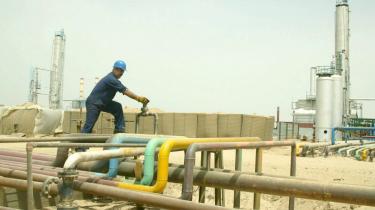 Den irakiske olieindustri er begyndt at tjene penge. Alene i år har den irakiske statskasse haft et overskud på 380 mia. dollar. Amerikanske skatteydere finder det oprørende, at de fortsat skal betale for Iraks genopbygning.