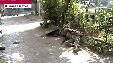 Her viser russisk tv-s Kanal 1 lig af dræbte georgiske soldater i Sydossetiens hovedstad, Tshkinvali, i går. Russerne mistede mindst 10 soldater i går, mens hundreder af georgere meldes dræbt.