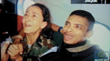Colombianske specialstyrker frigav deres egne videooptagelser af -Operation Jaque-, hvorved den fransk-colombianske politiker og tidligere præsidentkandidat, Ingrid Bétancourt (t.v.), blev befriet sammen med tre amerikanere og 11 colombianske soldater fra FARC-guerillaer i junglen den 2. juli. På fotoet ses Ingrid Bétancourt i det øjeblik, hun forstår, at hun er blevet befriet - med en uidentificeret soldat.