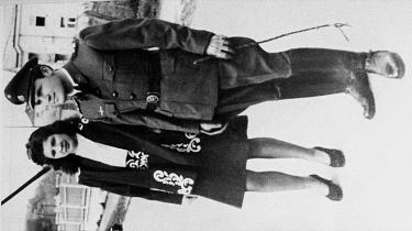 Dinko Sakic, tidligere kommandant fra KZ-lejren Jasenovac, blev modtaget som en helt, da han i 1991 vendte tilbage til Kroatien fra eksil i Argentina. Til sin begravelse i sommer blev han hyldet som et eksempel til efterlevelse. Her ses Sakic i Nazi-uniform ved siden af sin kone.