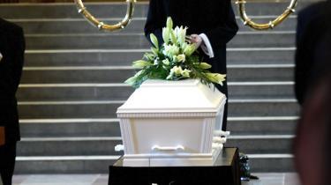 Bogen -Memento Mori - døden i Danmark- svarer ikke selv på sine spørgsmål om, hvordan vi får en værdig død. I stedet anbefaler den os at reflektere over døden. For livets dage er talte, og døden er en del af livet. Den bevidsthed giver også en ydmyghed over for livet.