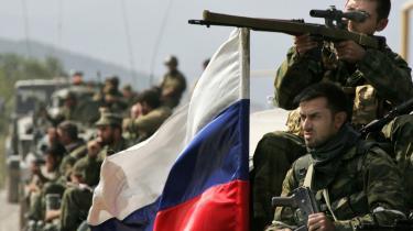 Russiske soldater rykker ind i landsbyen Zemo Nikozi i Georgien mandag. Rusland har med krigen opnået at neutralisere Georgiens NATO-ambitioner, men det er en skændsel for Rusland, lyder kritikken.