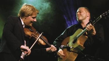 Duoen Haugaard & Høirup fejrer 10 års jubilæum i år med udgivelsen -Rejsedage / Travelling-. Harald Haugaard trakterer violin (fiolen?) virtuost, mens Morten Alfred Høirup spiller flot guitar. Deres samspil slår ganske enkelt gnister.