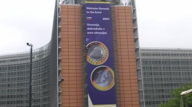 EU-Kommissionens hovedkvarter, Berlaymont-bygningen i Bruxelles, med en kæmpe lykønskning af Sloveniens entré i eurozonen.