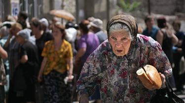 I den georgiske by Gori, der er omringet af russiske styrker, har det været svært for hjælpeorganisationerne at komme ind med nødhjælp. Op mod 120.000 mennesker er på flugt fra kampzonen, og både FN-sikkerhedsfolk og journalister er blevet truet med våben.