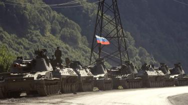 Russiske kampvogne med hejst trikolore i kolonne med kurs nordpå mod Rusland i et pas i Georgien i går.