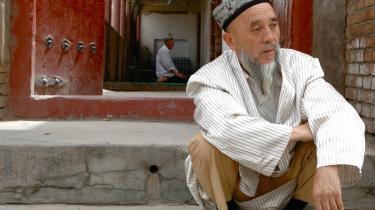-Vi har intet tilfælles med kineserne, der kommer hertil, men det er dem, der bestemmer,- siger Ahmed, der som de fleste ighuriske mænd iført kjortler og bærer deres firkantede, broderede hatte og fremviser imponerende fuldskæg.