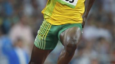 Usain Bolt fra Jamaica vandt overlegent guld i 100-meter-finalen. Med sine 196 centimeter kan han komme ud starthullerne og accelerere sine lange ben uden at tabe tid i forhold til sine lavere konkurrenter, og når han først er i fart, holder han sin hastighed bedre end andre i kraft af sine lange og hurtige skridt. Hele hemmeligheden ved at alle elite-sprintere er sorte, er deres fysiologi - deres hvide muskelfibre.