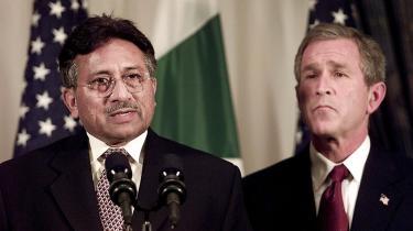 Musharraf og præsident Bush i en alvorlig stund kort efter terrorangrebet mod USA den 11. september 2001.