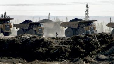 Olieselskaberne Shell, Exxon-Mobil og Petro-Canada er allerede i gang med at udvinde olie af sandet i Alberta, mens BP, Statoil, Conoco Phillips og en række andre selskaber forbereder sig. Op til næsten en tredjedel af den energi, der udvindes af tjæresandet, går til selve udvindingen.
