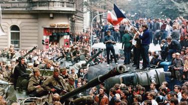 Tjekkoslovakiske unge står på en russisk militærlastbil den 21. august 1968. -Hele 1960-erne havde stor indflydelse på vores dannelse. Vi havde forladt vores indre eksil, var blevet engagerede og mere kosmopolitiske,- skriver dagens kronikør, der selv oplevede -foråret- i Prag 1968. Arkiv