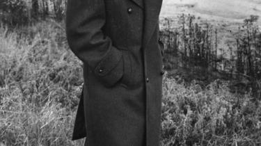 Ole Wivel gjorde bl.a. Gyldendal til det mægtige forlag, vi kender i dag, og han spillede en uundværlig rolle i dansk kultur- og uddannelsespolitik. Den store kulturpersonlighed havde dog også en sort plet, som han forsøgte at skjule for bl.a. vennen Tage Skou-Hansen: Wivel stod i krigens første år på den forkerte side og var en del af et åndeligt broderskab kaldet 'Ringen'.