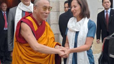 Den franske oppositionspolitiker Ségolène Royal mødes med den tibetanske leder, Dalai Lama, under dennes besøg i Frankrig, mens præsident Nicolas Sarkozy har sendt sin kone. Lamaen har stor folkelig sympati, så han er god at lade sig fotografere ved siden af. Politikere har altid travlt med at møde ham, når de sidder i opposition, mens det pludselig er meget sværere, når de sidder i regering.
