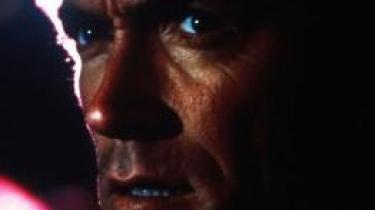 Dirty Harry tør gøre alt det, ingen andre tør, men drømmer om at turde, når de i biografens mørke ser ham ordne en flok bankrøvere med sin kaliber 44 Magnum og en god portion (selv)ironi