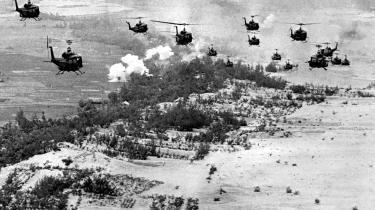 I krig. De amerikanske militæraktioner mod Nordvietnam og sydvietnamesiske partisaner fik hurtig karakter af regulær krig med indsættelse af en halv million soldater, hvoraf 57.000 blev dræbt - og henved tre millioner vietnamesere mistede livet.