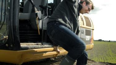 De fleste har set billeder af miljøminister Troels Lund Poulsen (V) fræsende rundt på sin John Deere-traktor. Så her er et billede, hvor han efter veludført landskabsindsats hopper af en gravko.
