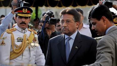 Efter Musharraf vil Pakistan snuble videre og dets folk sidde fast mellem et militærdiktaturs hammer og en korrupt politikerklasses ambolt. Men der findes en udvej - se bare på Malaysia.