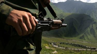 Det er umuligt at afgøre, hvem der tog det første fatale skridt, der udløste krigen i Georgien, men det er heller ikke afgørende. En militær konflikt har luret i mange måneder.Indbyggerne i Kaukasus blev aldrig russere, og der har konstant ligget konflikter under overfladen, som også konflikten i f.eks. Tjetjenien kun er ét af mange udtryk for.