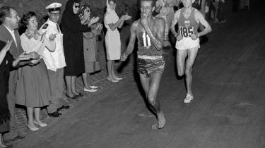 OL i 1960. Den legendariske etiopiske maratonløber Abebe Bikilas hårdeste konkurrent ved OL i 1960 var marokanske Rhadi Ben Abdesselam. 500 meter før mål kom de løbende side om side, kun oplyst af projektører og fakler i Roms gamle bydel. Det var som en scene instrueret af Felini; to løbere i den mørke aften, Rhadi træt og tung i modsætning til Bikila, som ser ubesværet og nærmest svævende ud. Løbet er husket som et af de store øjeblikke i den olympiske historie. Bikila sprintede til sidst fra Rhadi og vandt det olympiske guld i ny verdensrekordtid 2 timer, 15 minutter og 16 sekunder - han blev den første olympiske guldvinder fra Afrika.