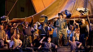 Sten Byriel giver Daland i en smukt syngende blanding af god enefar og den rene kobler i Den Jyske Operas opsætning af Wagners opera -Den flyvende hollænder.