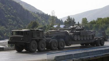 Rusland siger, at tilbagetrækningen fra Georgien fuldføres fredag, men USA kritiserer russerne for at bevæge sig i sneglefart