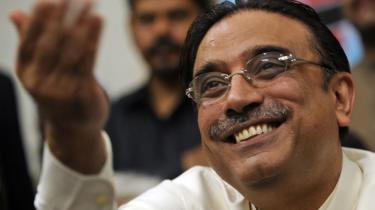 Under Musharrafs tiltagende politiske svækkelse har Asif Ali Zardari de facto fungeret som premierminister og udpeget en række loyale folk til diverse ledende poster.