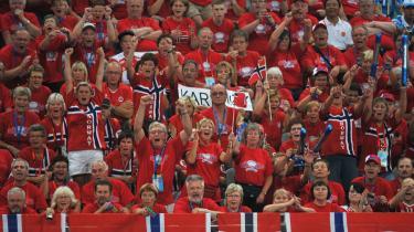 Fremskrittspartiet står historisk stærkt i Norge, hvor nationalfølelsen traditionelt er stærk. Her fejrer norske håndboldfans kvindernes OL-guld.
