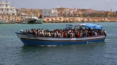 Bare i løbet af den seneste uge er flere hundrede illegale immiranter ankommet til ltaliens kyster. Her et skib med eritreere, der ankommer til Lampedusa.
